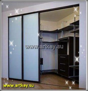 Гардеробная комната встроенная в угол